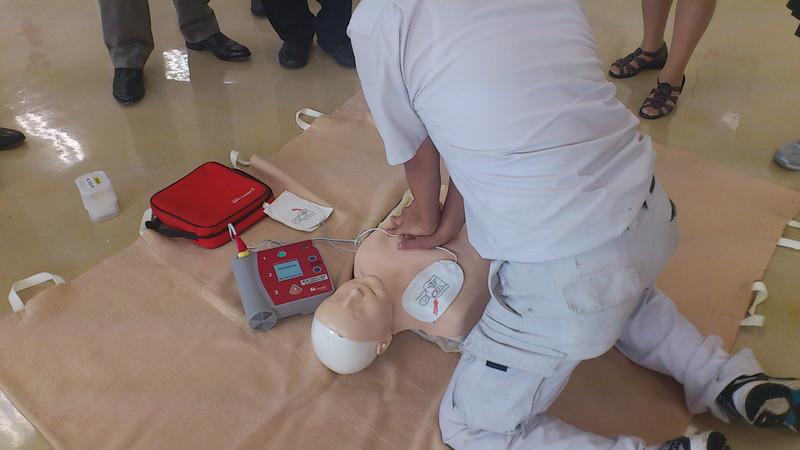 心臓マッサージを行うときの手の置き方